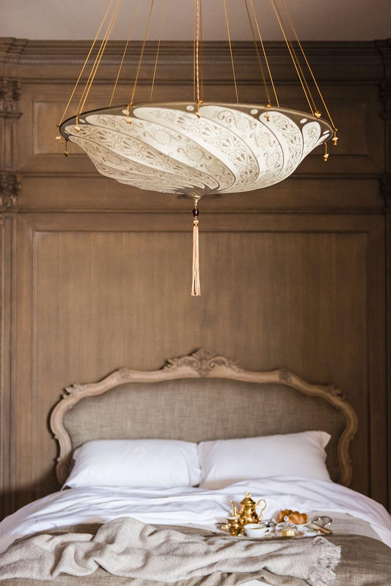 Fortuny Scudo Saraceno silk ivory classic lamp inf bedroom of hotel