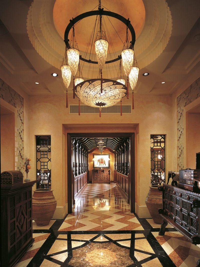 Fortuny Scudo Saraceno silk ivory classic lamp in hotel reception