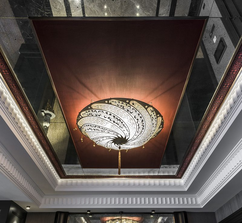 Fortuny Scudo Saraceno ivory Serpentine silk lamp in hotel