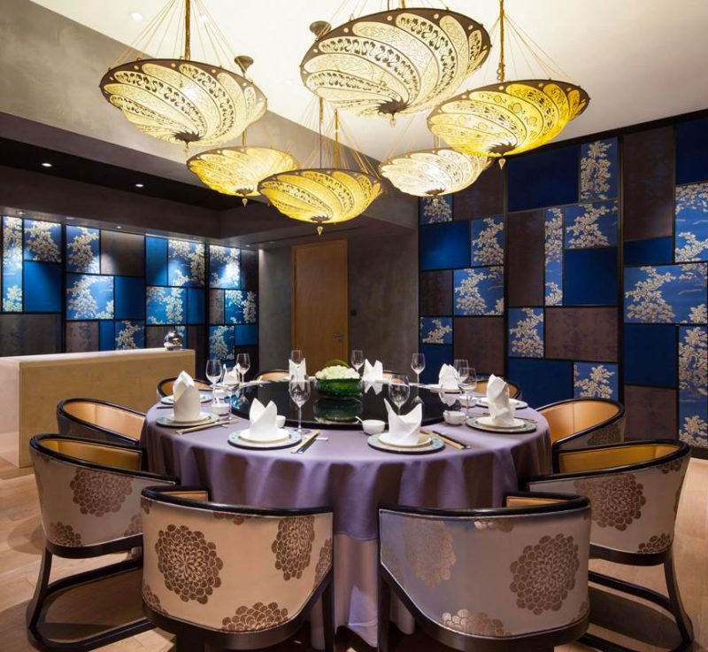 Fortuny Scudo Saraceno ivory Serpentine silk lamp in restaurant