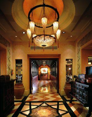 Scudo Saraceno and Cesendello Fortuny lamps at the Ashiana-Restaurant-in Dubai, corridor view